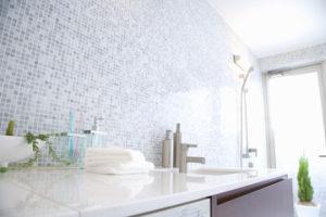 鏡や壁、蛇口などのウロコ汚れ